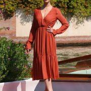 Gaia Weiss indossa un abito della collezione Manila Grace per il suo arrivo a Venezia in occasione della 75 Mostra Internazionale del Cinema.