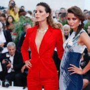 Le gemelle Giorgia e Greta Berti indossano abiti Manila Grace sul red carpet della 75ma Mostra internazionale del Cinema di Venezia