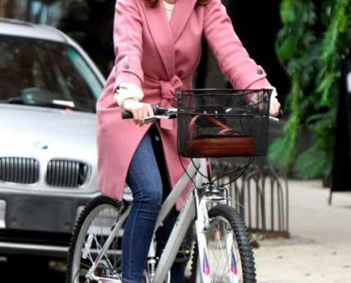 """New York, Anne Hathaway in bicicletta sul set di """"Modern Love"""" indossa un cappotto Max Mara"""