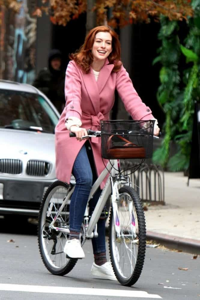 "New York,  Anne Hathaway in bicicletta sul set di ""Modern Love"" indossa un cappotto Max Mara"