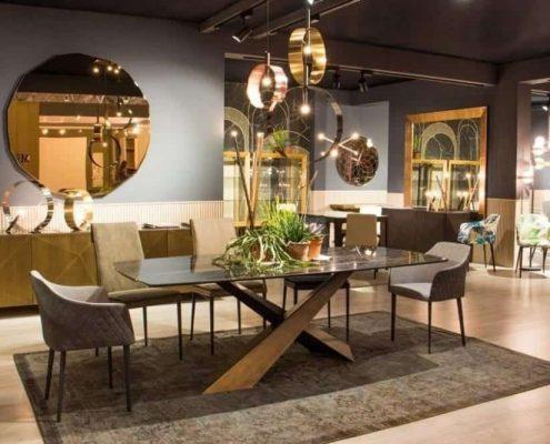 Riflessi nuovi tavoli sedi e specchi al Moacasa 2018 di Roma