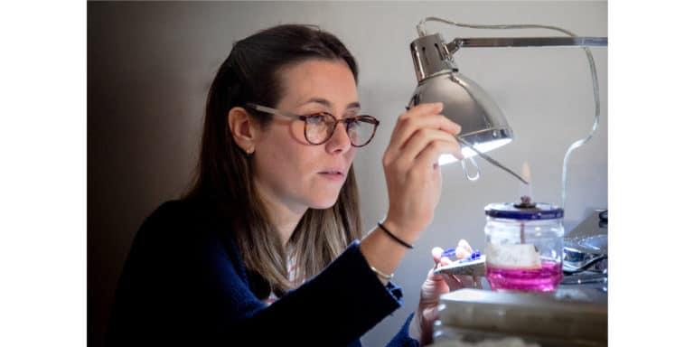 Bona Calvi orafa autrice di minisculture nel suo laboratorio di Milano