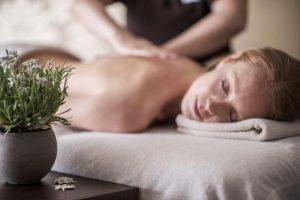 Terme_Merano_piscine_saune_aperte_fino_a_mezzanotte_massaggio-rilassante-con-olio-di-stella-alpina-altoatesina-