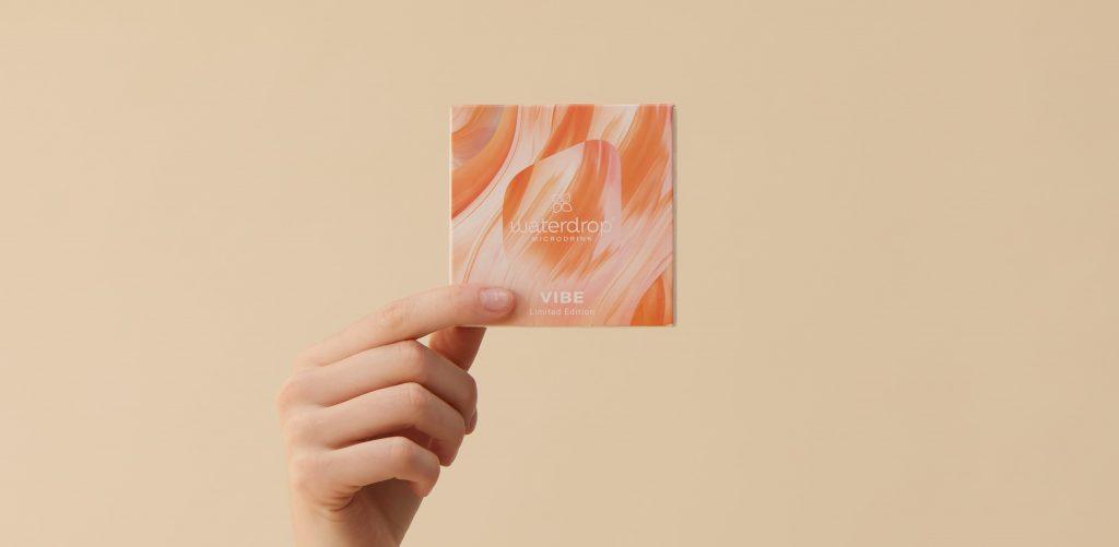 iVIBE, una speciale limited edition a base di menta e rosmarino. Ogni confezione contiene 12 microdrink, infusi di vitamine B6, C ed E, privi di conservanti e di zuccheri, che si sciolgono facilmente in un bicchiere d'acqua fresca