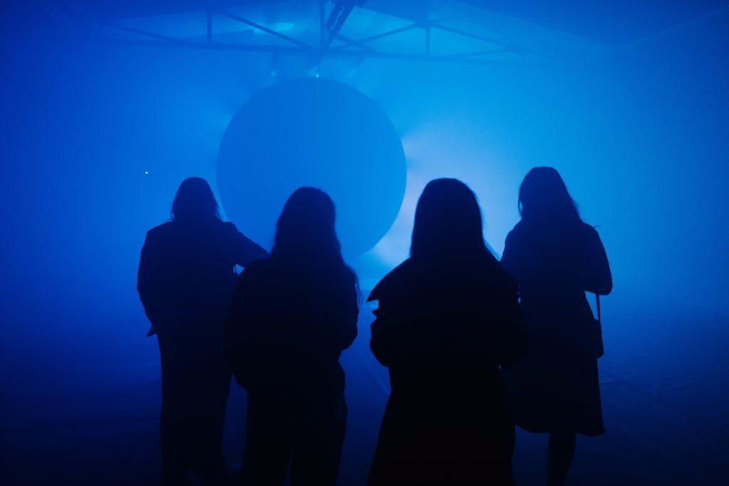 Il pubblico di Basel estasiato davanti all'installazione creta dall'artista digitale Maotik per La Prairie celebra il lancio di Skin Caviar Nightime Oil