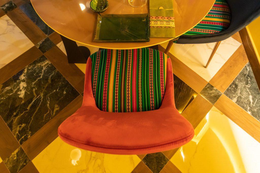Le sedie Riflessi per il ristorante Mama Cocha © Marco Baldassarre